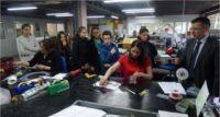 Les jeunes en visite dans les ateliers de l'entreprise figeacoise.