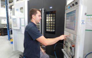 Figeac Aéro veut former des jeunes aux métiers d'opérateur sur commandes numériques./ Photo DDM, Archives.
