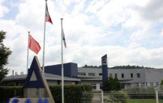 Les drapeaux français et chinois flottent à l'accueil du site viviézois de SAM Technologies. / Photo DDM, BHSP.