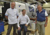 Christophe Secheret est entouré de deux anciens gérants de Lacotte Industrie, qui avaient aussi repris l'entreprise : Max Dubois à droite, gérant de 1982 à 1989, et Philippe Faucher à gauche, gérant de 1989 au 30 juin 2018 © Thomas JOUHANNAUD