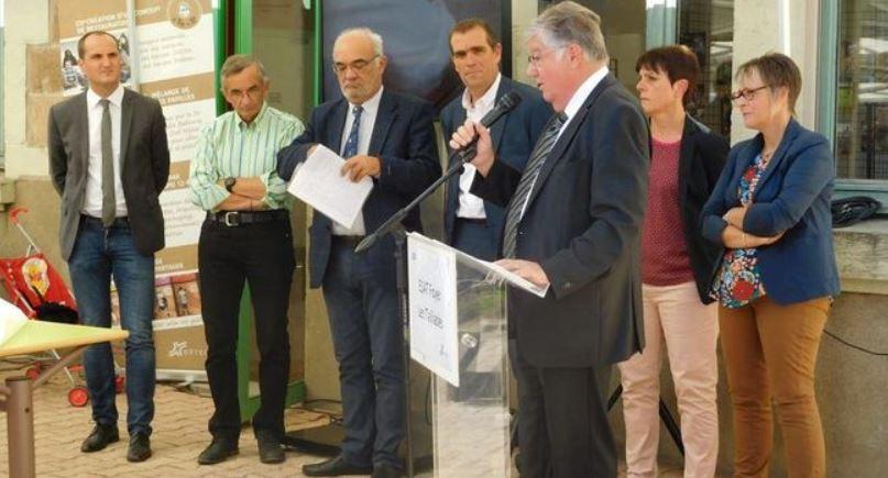 Élus locaux, responsables ADAPEI et le chef étoilé Michel Bras lors des discours./ Photo DDM