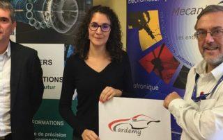 Davy Lagrange, du Campus des métiers et des qualifications, et Hervé Danton, de Mecanic Vallée, entourent Camille Esquerré, chargée de mission du projet Cardemy.