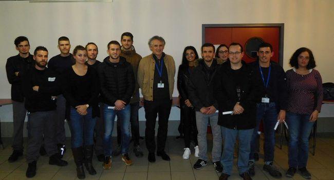 Jeudi après-midi, les 15 nouveaux diplômés de Figeac Aéro autour du PDG Jean-Claude Maillard./ Photo DDM, A.L.