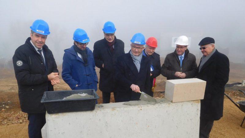 Elus et personnalités ont posé la première pierre du futur CFI mardi matin à Cambes.