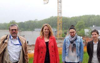 Devant le chantier, Hervé Danton délégué de la Mecanic Vallée, Aurélie Monteillet du pôle formation de l'UIMM, et pour Figeac Aéro Sabine Boudou ancienne apprentie et Virginie Andrieu chargée de la formation.
