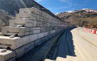 La RN 22, seule route ralliant l'Ariège à Andorre, s'est retrouvée fermée après un éboulement. Des entreprises de la Corrèze se sont mobilisées pour installer le plus rapidement possibles un mur des 500 blocs. Photo : Redi-Rock France / STAM © Agence Brive