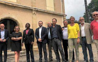Les élus, les responsables du collectif Railcoop et la commissaire du Comité de Massif devant la gare de Cransac. MCB